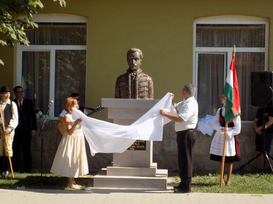 Benkő Emőke és Tókos Jenő leleplezik a szobrot