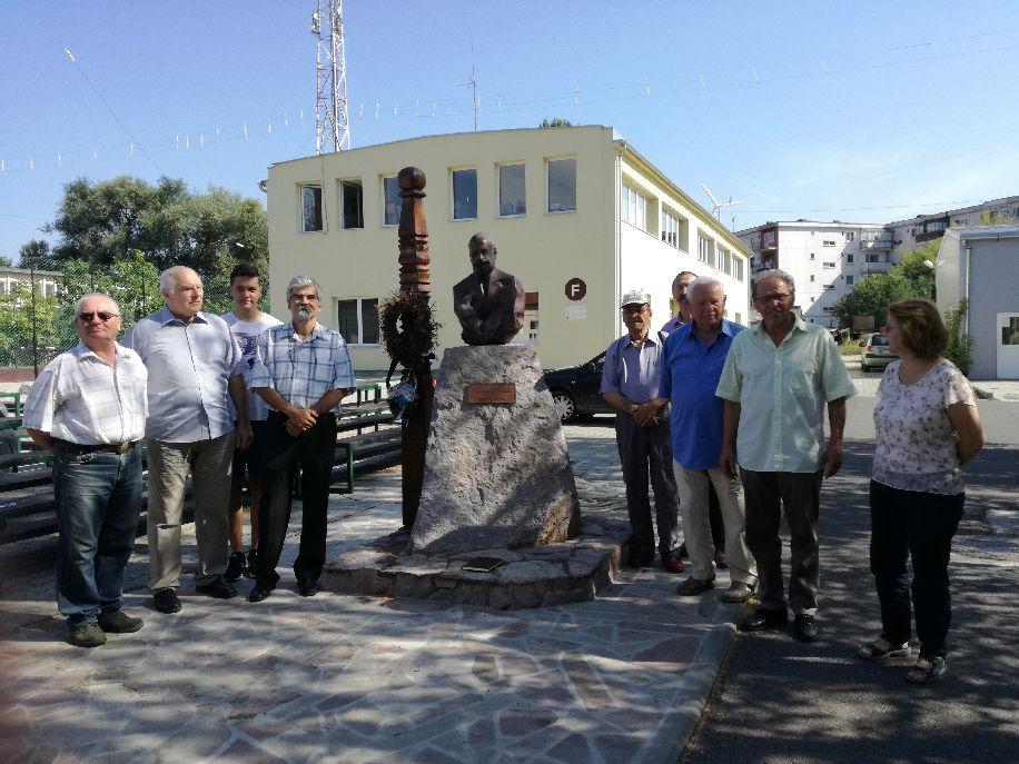 Az illusztris vendég (sötétkék ingben) a Puskás Tivadar Rádiósklub tagjaival a névadó mellszobránál