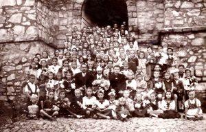 Fotó 1953-ból a vallásórásokkal. Nagy része osztály- és iskolatársam volt, de vannak nagyobbak is a város területéről. Jobbról, a második sor legszélén én vagyok, matrózruhában. Mellettem Bodor Öcsi, a legjobb gyerekkori barátom. A lelkész Szász Tibor. Középen Johanna testvér, diakonissza.