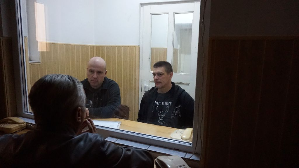 Szőcs Zoltán (balról) és Beke István Telefonnal is lehetne, de kiabálva egyszerűbben ment a párbeszéd. Fejér Lászlóval tárgyalnak a fiúk