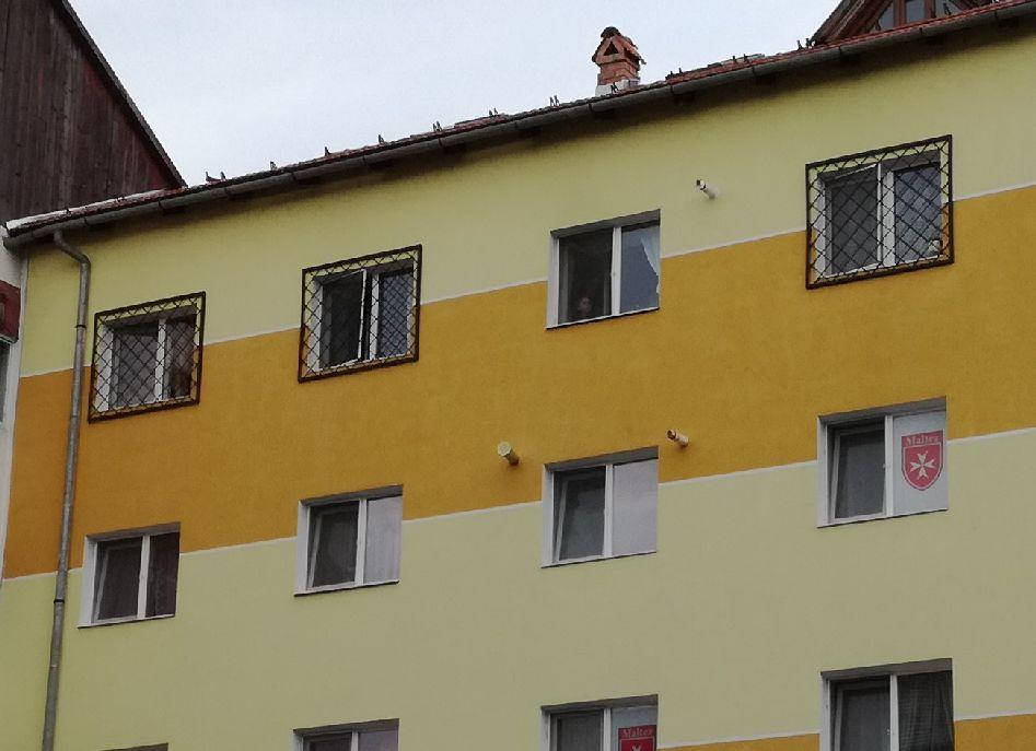 Bár a rácsos ablak nem jó hangulatú, a szomszédok nem panaszkodtak a gyerekekre