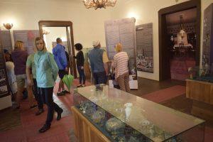 A kiállítást, amely 21 óriáspannón mutatja be dióhéjban a múzeum elmúlt 45 évét, D. Haszmann Orsolya rendezte, látványtervét Damokos Csaba formatervező készítette el