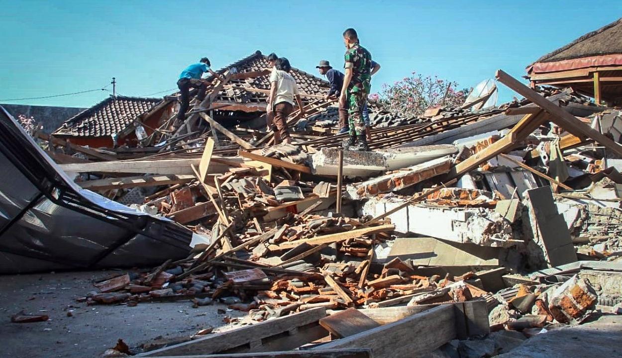 Közel kétezer halottja van az indonéz földrengésnek