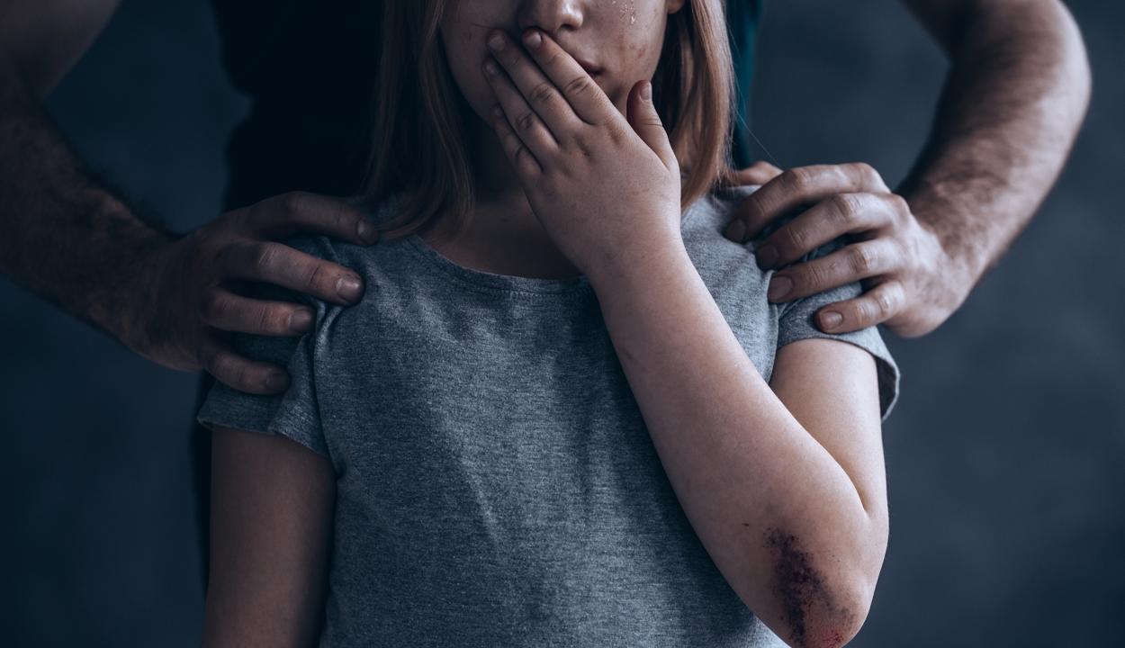5-12 év börtönnel sújtanák a 14 évnél fiatalabb kiskorúval létesített szexuális kapcsolatot