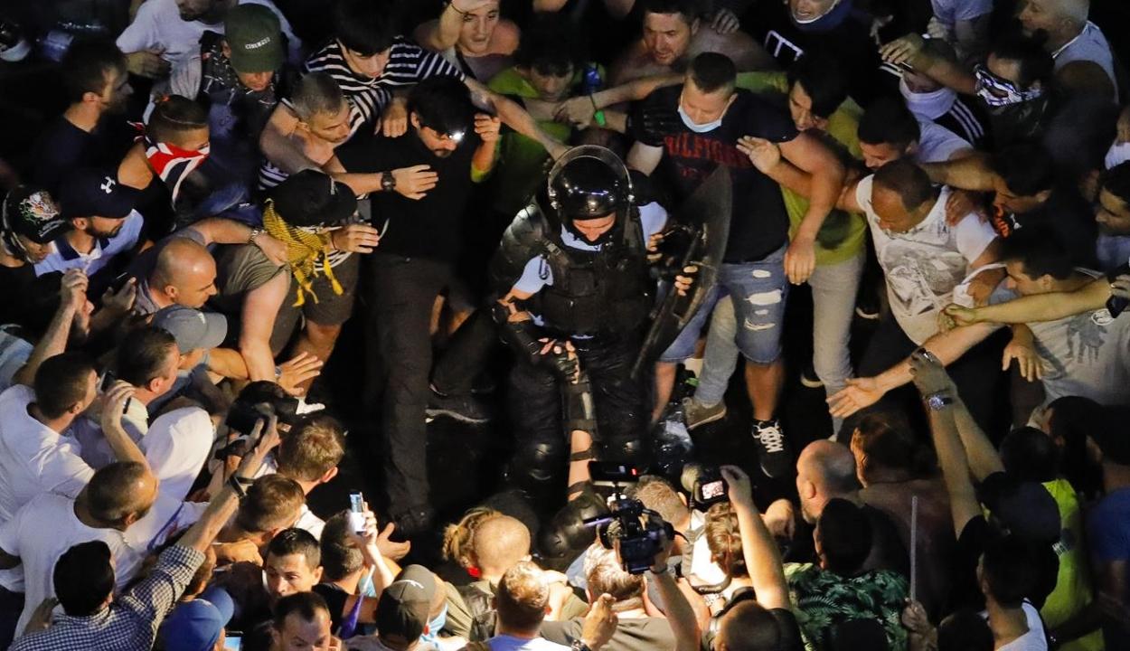 Előzetesbe kerülnek a csendőröket bántalmazó tüntetők
