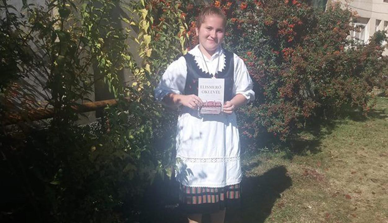 Uzoni balladaéneklő diáklány
