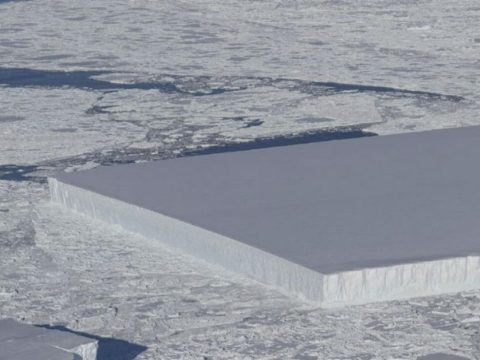 Hogy kerül az Antarktiszra egy tökéletesen négyszögletes jéghegy?