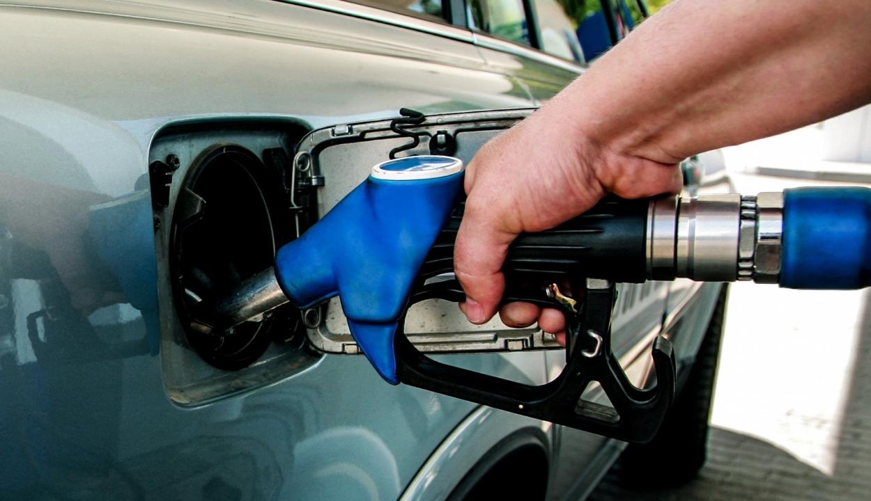 Jóváhagyta az alsóházi szakbizottság az üzemanyag pótlólagos jövedéki adójának eltörlését