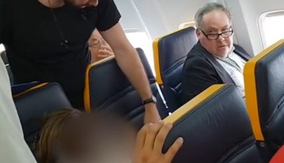 Dührohamot kapott egy férfi, mert egy színes bőrű nő ült mellette a repülőn