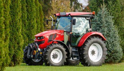 Szászrégenben elkezdődött az új román traktor sorozatgyártása