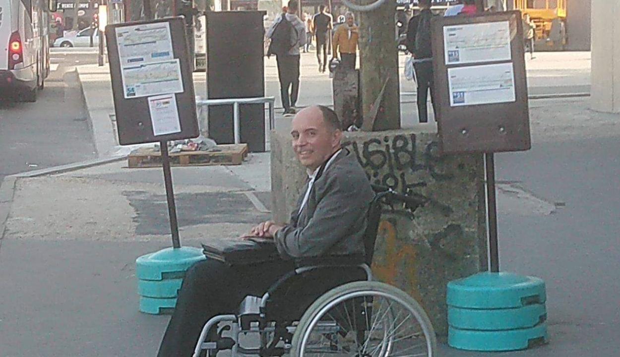 Nem mindennapi gesztust tett egy kerekesszékes utasért egy francia buszsofőr