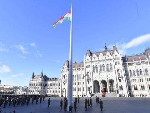Október 23.: felvonták a nemzeti lobogót a Parlament előtt