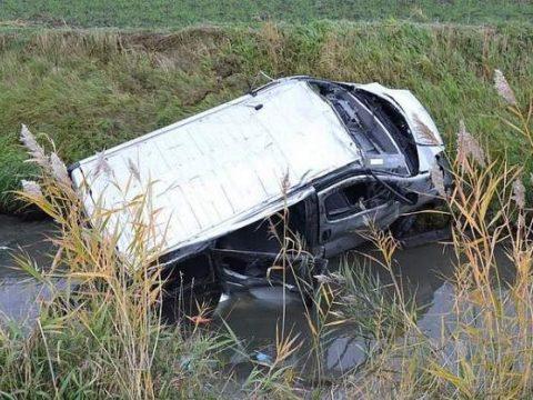 Román munkásokat szállító kisbusz balesetezett Németországban