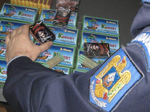 Pirotechnikai eszközöket és csempészett cigarettát foglaltak le a rendőrök