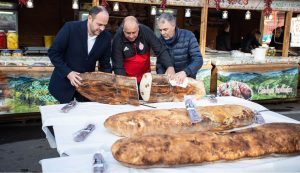 A kolbászos–pityókás kenyeret Grüman Róbert, Berszány Tibor és Diószegi László vágta fel  Fotó: Kocsis B. János