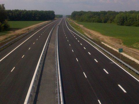 Száz km autópálya forgalomba adását tervezi idénre a szállításügyi miniszter