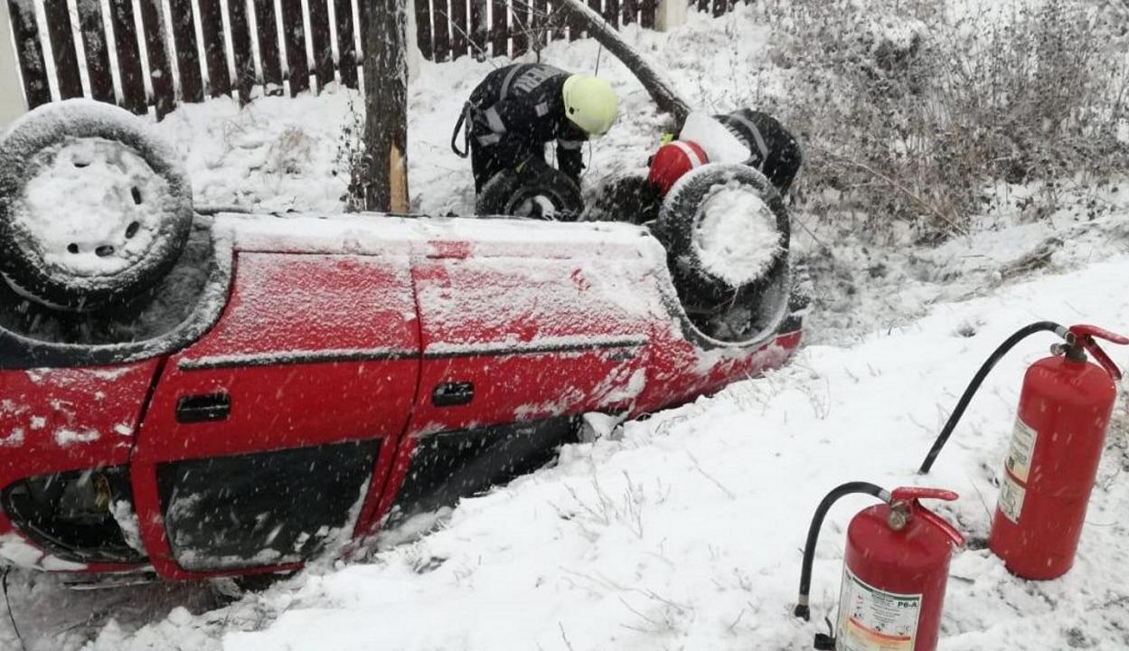 Máris balesetet okozott a havazás: árokba borult egy autó Kilyénnél