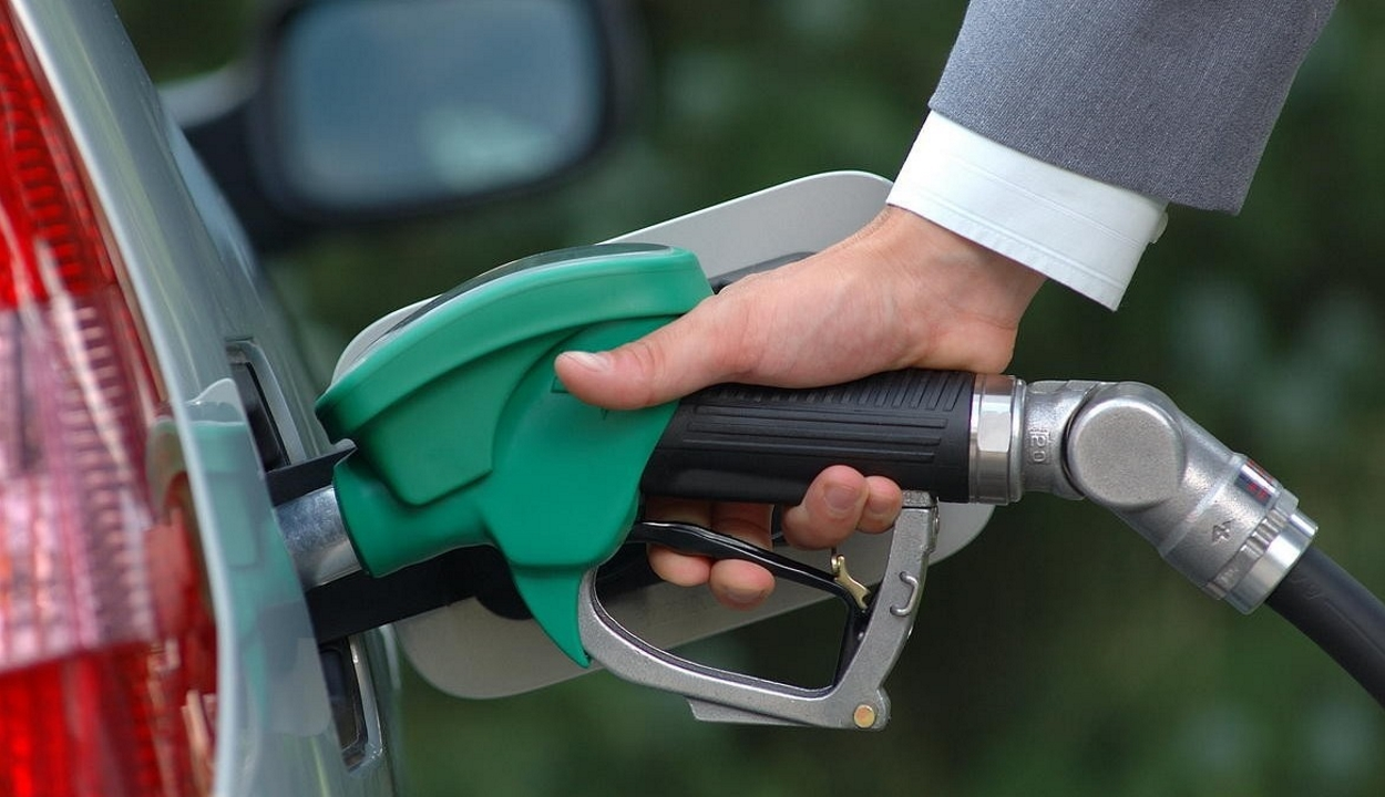 Elfogadta az alsóház az üzemanyag pótlólagos jövedéki adójának eltörlését