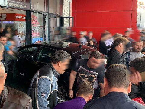 Egy embert megkéselt, gyalogosokat gázolt el, majd egy bevásárlóközpontba hajtott egy férfi