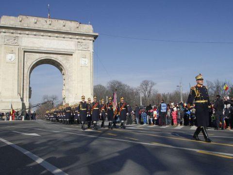 Több mint négyezer katona vonul át a bukaresti Diadalív alatt december 1-jén