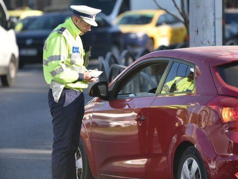 Kocsival ment a rendőrségre, hogy visszakérje a jogosítványát