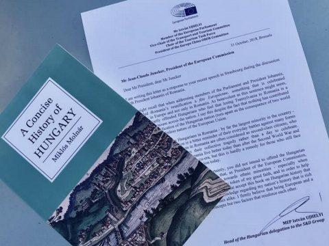Magyar történelemkönyvet ajándékoztak Junckernek