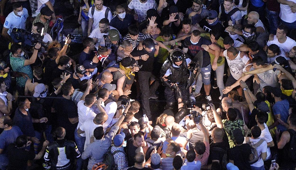 Vádat emelt az ügyészség az augusztus 10-i, bukaresti tüntetésen részt vett hét személy ellen