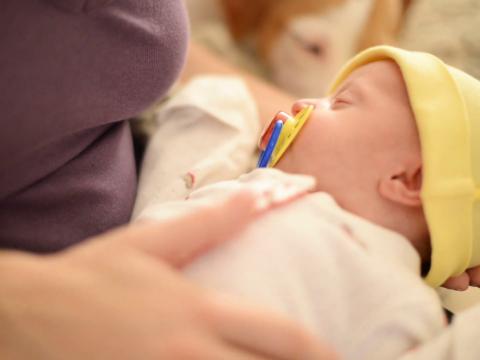 A kisbabák gyengéd simogatása fájdalomcsillapító hatású