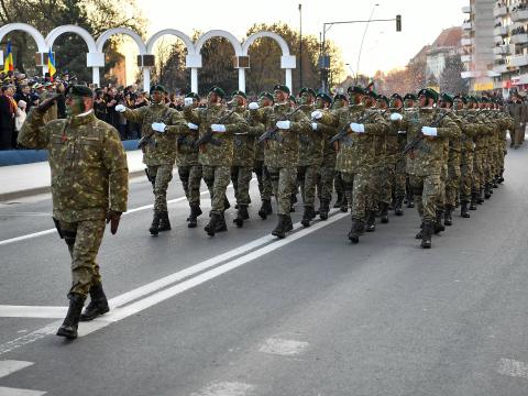 Több tízezren vettek részt Gyulafehérváron a centenáriumi katonai parádén