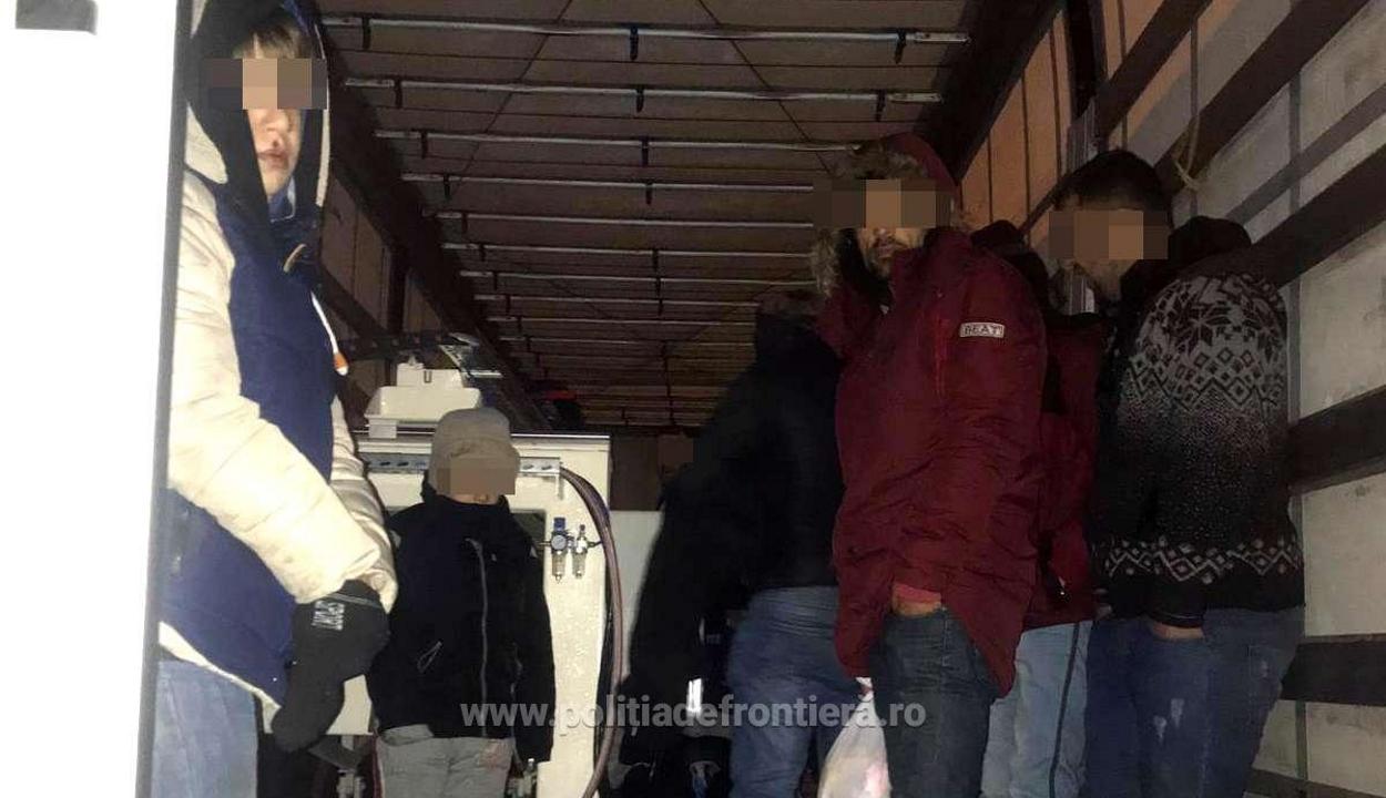 Két tucat migránst találtak egy teherautóban a magyar-román határon