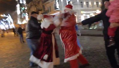 Összeverekedett az utcán két Télapó, egy Hókirálynő próbálta őket szétválasztani