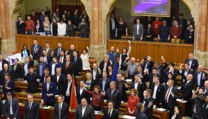 """Hatalmas cirkusz közepette fogadta el a """"rabszolgatörvényt"""" a magyar Országgyűlés"""