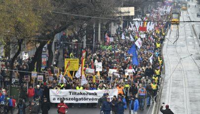 """A """"rabszolgatörvény"""" ellen tüntettek a szakszervezetek Budapesten"""