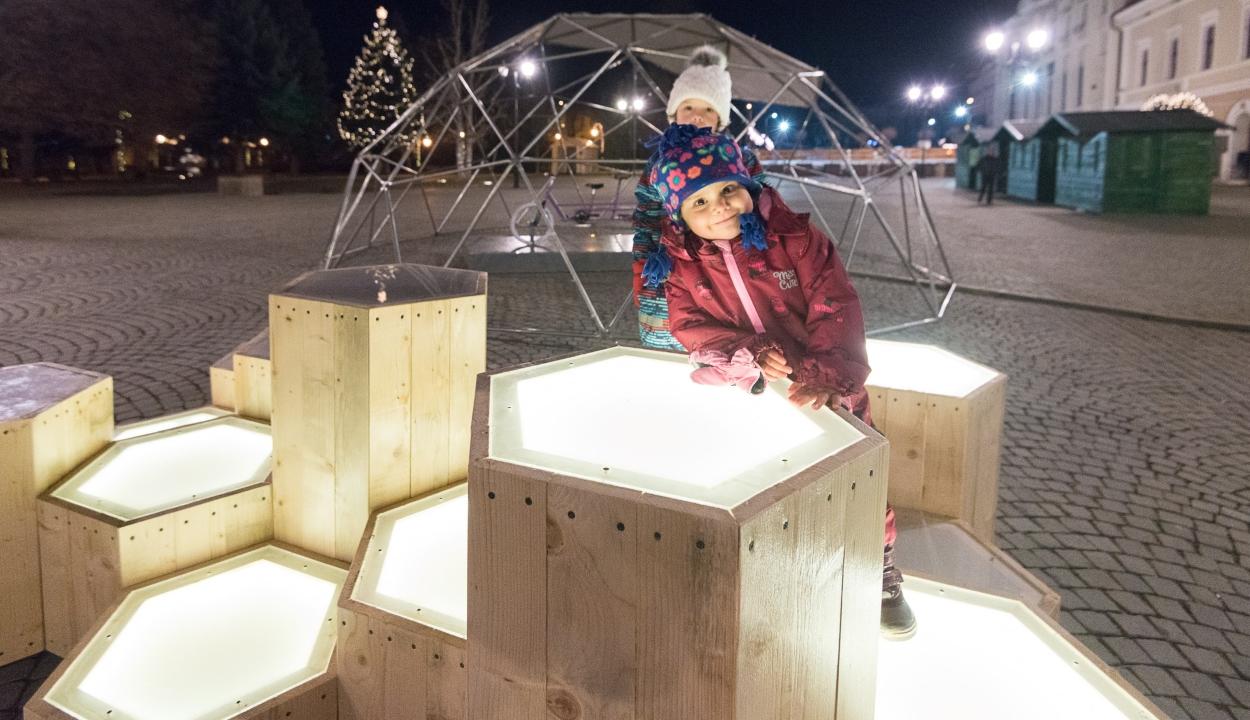 Rendhagyó köztéri karácsonyi installációk, dekorok helyi alkotóktól Sepsiszentgyörgyön