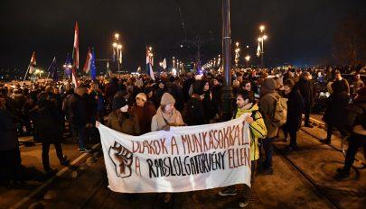 A munka törvénykönyve módosítása ellen tüntettek Budapesten