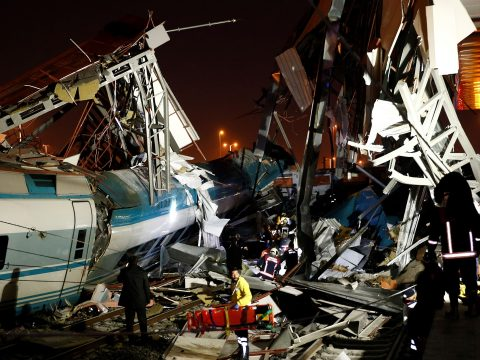 Vonatbaleset történt Törökországban, hét ember meghalt