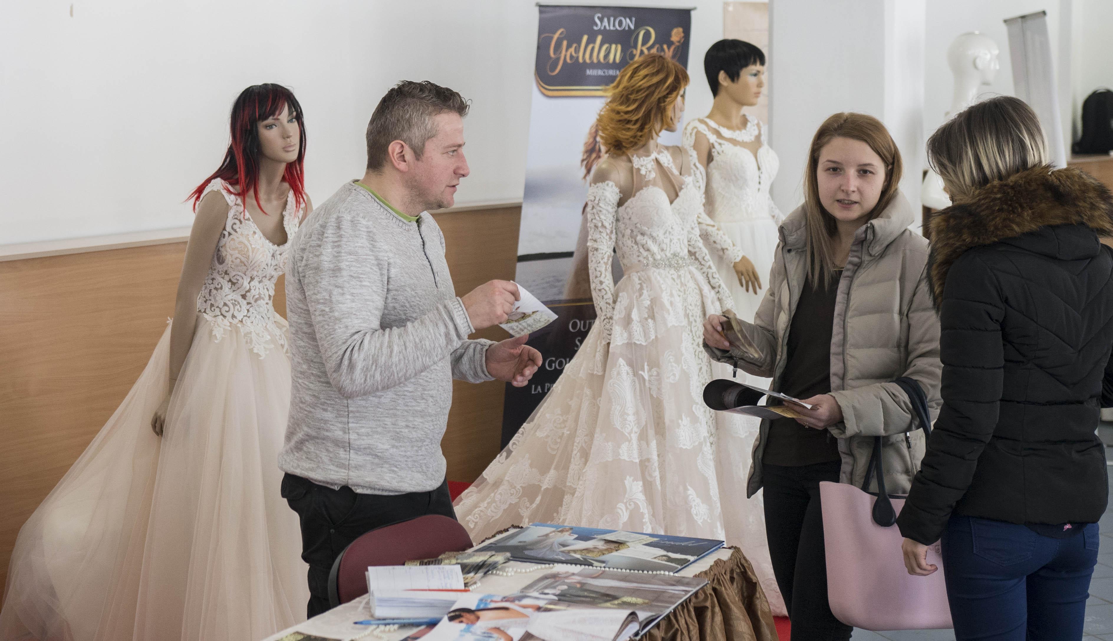 6a7e93e125 A vőlegények divatos öltözékét az Elisabeth Divatáruház biztosította. Az  esti tombolahúzáson számos értékes nyeremény talált gazdára, ...