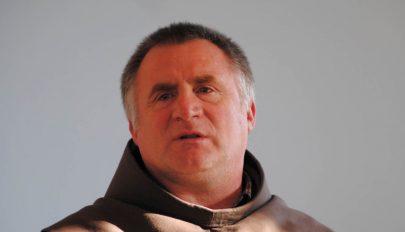 Böjte Csabával imádkozik Ferenc pápa