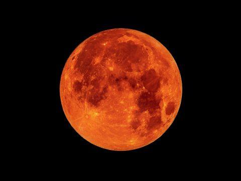 Vérhold, farkashold és teljes holdfogyatkozás is lesz hétfő hajnalban