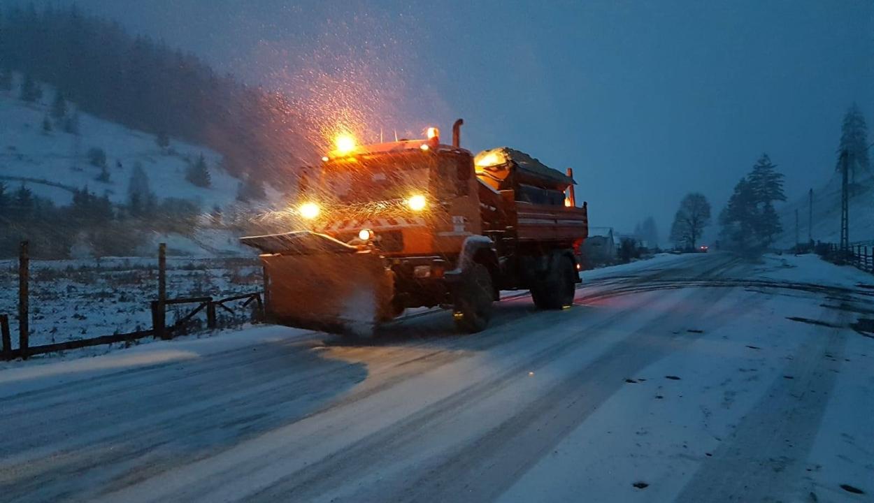 Hóvihar miatt akadozik a közlekedés több Kovászna megyei országúton