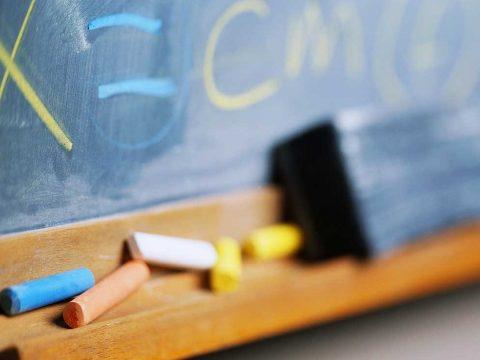 Felfüggesztett börtönbüntetésre ítélték a tanítványait sértegető brassói tanítónőt