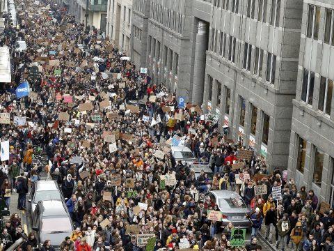 Fiatalok tízezrei tüntettek a klímaváltozás elleni küzdelem fokozásáért Belgiumban