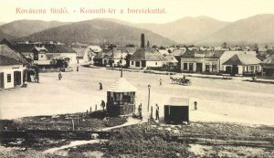Izsák József üzlete a Kossuth téren a borvízkúttal (1908)