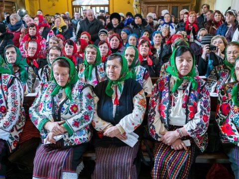 Zsúfolásig megtelt a bákói Szent Miklós plébániatemplom az első moldvai magyar misére