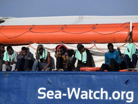Menekülteket fogadhat Románia az olasz felségvizeken rekedt humanitárius hajóról