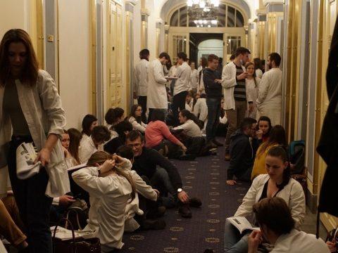 MOGYE: könyvvel a kezükben, orvosi maszkkal az arcukon tüntettek a diákok