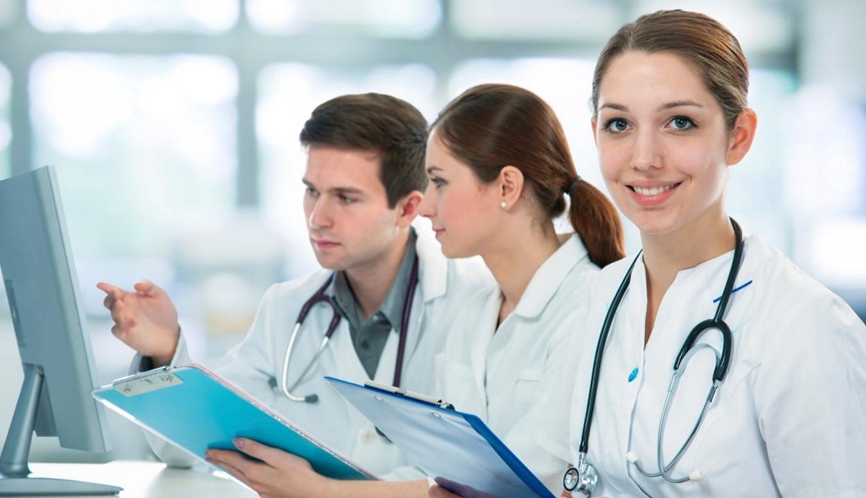 Az orvosok bére emelkedett a legtöbbet az utóbbi tíz évben