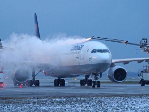 Jelentős késéssel indultak a repülők Bukarestből a jégtelenítés miatt