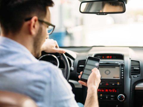 A részeg sofőröknél is veszélyesebbek a mobilozó autósok