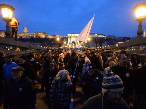 Ismét tüntettek a munkatörvénykönyv módosítása ellen Budapesten